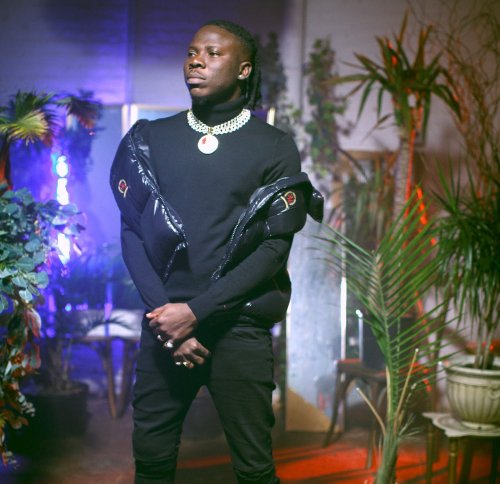 Stonebwoy points to body art on apprehended thief's chest