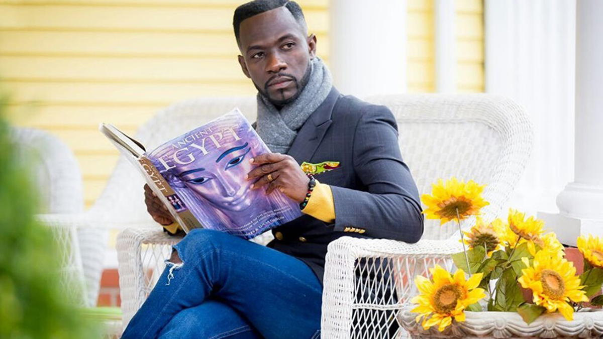 Okyeame Kwame counsels couples against phubbing in latest single; Dum Fon No