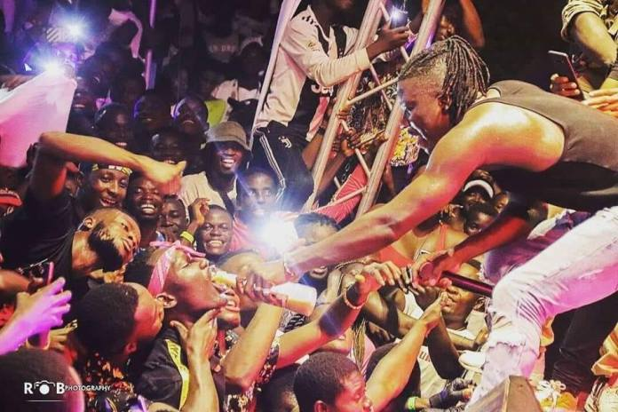 living - A Photo Of Stonebwoy Sharing A Bottle Of 'Kpoo Keke' On Stage Pops Up On The Internet