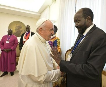 pope francis sudanese president - Pope Francis kisses the feet of Sudanese President in a bid to maintain peace (Photos)