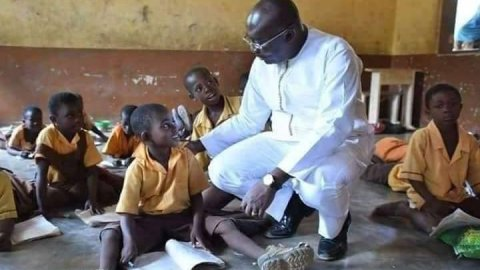"""""""He's not even ashamed"""" – Ghanaians react with rage to this photo of Bawumia kneeling before pupils studying without desk"""