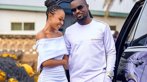 Akuapem Poloo loses it after Sarkodie mentioned her name in new song off 'No Pressure' album (Watch)