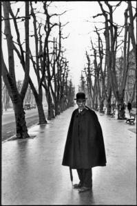 "Francia. Marsiglia. ""The Allée du Prado"", 1932. ""I was walking behind this man when all of a sudden he turned around"". (© Henri Cartier-Bresson / Magnum Photos)"