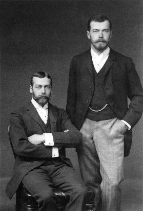 Giorgio V (a sinistra, seduto) e Nicola II (a destra, in piedi)