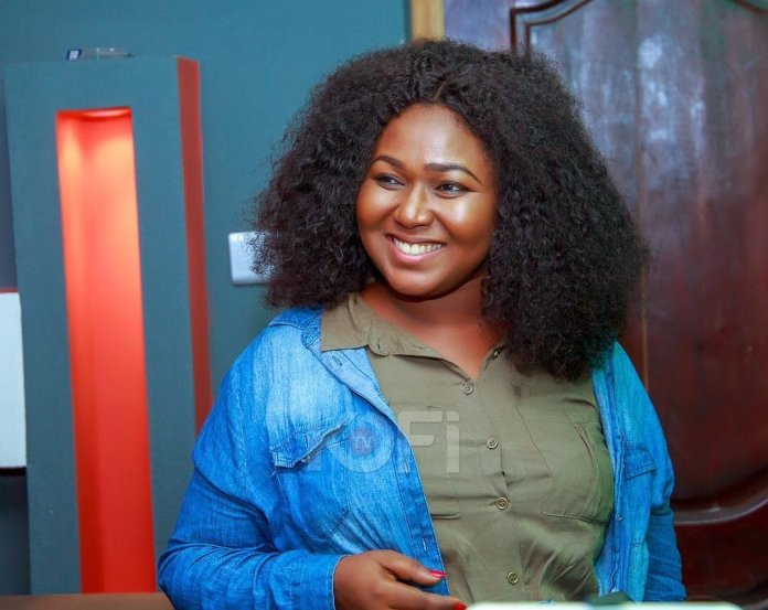 Xandy Karmal cries because men don't want to ask her out on a date