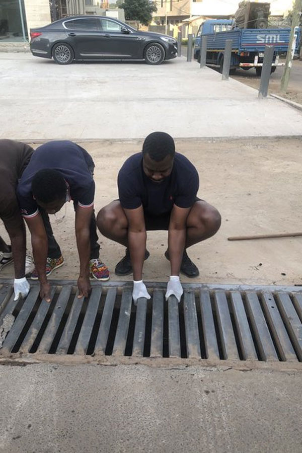 John Dumelo spotted cleaning gutters and sweeping streets to win votes in the upcoming parliamentary elections (PHOTOS) 3