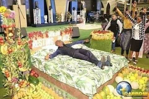 Pastor enacts the things he saw at heaven in his church after bringing photos to prove his claims