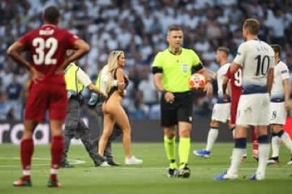 Иакэт woman invades pitch to interrupt the Liverpool Vs Tottenham UCL finals, Иакэт woman invades pitch to interrupt the Liverpool Vs Tottenham UCL finals (Video + Photos), GHSPLASH.COM