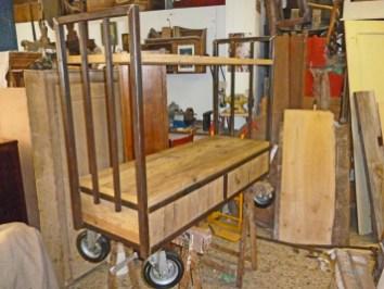 Carrello industriale tubolare allestito con due cassetti e un ripiano