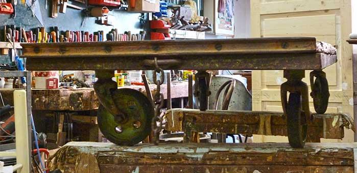 Vecchio carrello industriale trasformato in tavolino da soggiorno