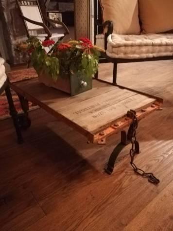 Tavolo salotto realizzato con carrello industriale