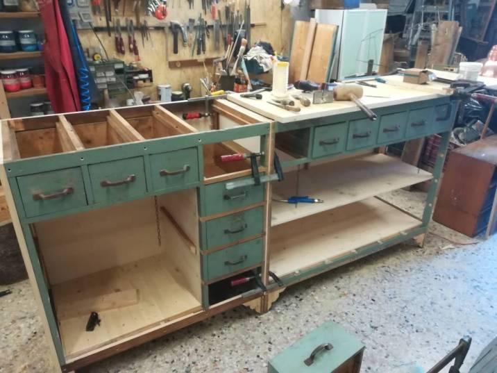 Cassettiera in legno da officina in fase di modifica