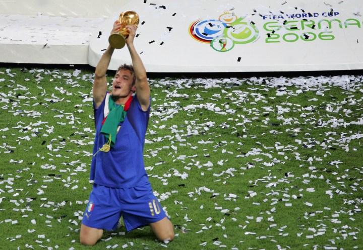 Per Totti la vittoria del Mondiale viene dopo la conquista dello Scudetto, come si legge nell'autobiografia Un Capitano, scritta con Paolo Condò, edita per Rizzoli | Numerosette Magazine