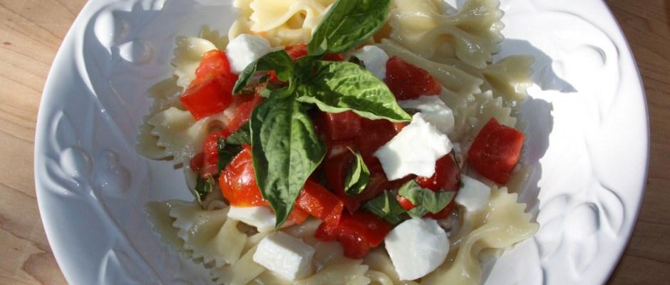 pasta with fresh tomatoes, basil and mozzarella