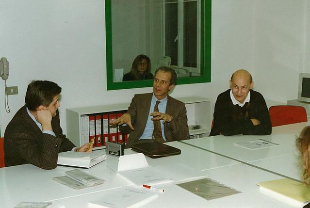 Marvin Minsky (MIT), pioniere dell'intelligenza artificiale, visita il Laboratorio di Ricerca e Sviluppo Didalab (1989). Nella foto, al centro, Stefano A. Cerri.