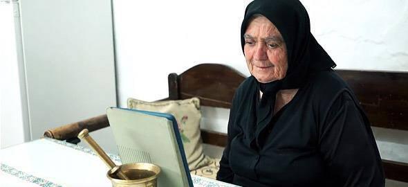 Η αθάνατη Ελληνίδα γιαγιά: Μια ξεκαρδιστική διαφήμιση για τον ημιμαραθώνιο Κρήτης!!!-ΒΙΝΤΕΟ