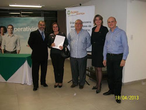 Da esquerda: Presidente do Sicredi Justiça, colega do Foro, Sandra Becker (gerente) e o Coordenador do Conselho Fiscal