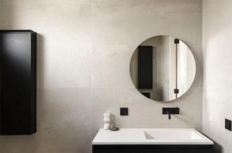Badkamer met ronde spiegel - Nieuwbouw huis aan het water in nieuwbouwwijk Amersfoort - Gietermans & Van Dijk Architecten - Serena Silooy Photography