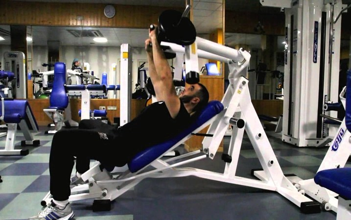 ejercicio press inclinado con máquina