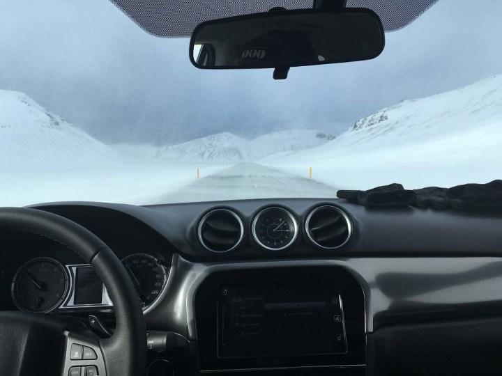 Schneeverwehungen Fahrt entlang der Ostküste - Roadtrip Islands Ostküste www.gindeslebens.com © Ines Erlacher und Thomas Mussbacher