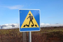 Schild Achtung Taucher queren Silfra Spalte, Þingvellir Nationalpark und Þingvallakirkja Roadtrip Island gindeslebens.com © Thomas Mussbacher und Ines Erlacher