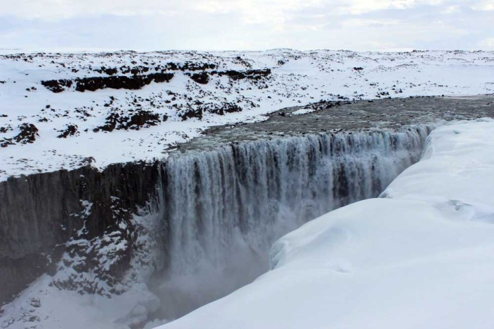 Wasserfall Dettifoss Fahrt entlang der Ostküste - Roadtrip Islands Ostküste www.gindeslebens.com © Ines Erlacher und Thomas Mussbacher