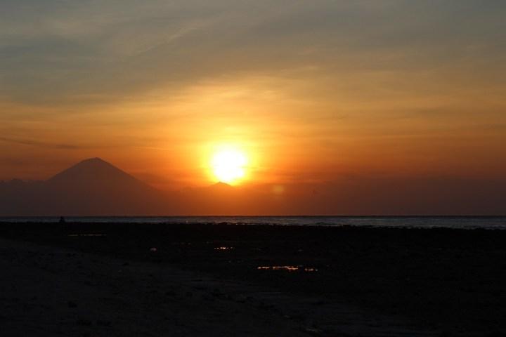 Sonnenuntergang Gili Trawangan mit Blick auf Bali Heiratsantrag und Hochzeit im Ausland www.gindeslebens.com
