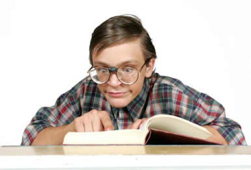 PipBoy, ragazzo immagine di Gioca Giuè, studia il voluminoso libretto di istruzioni.