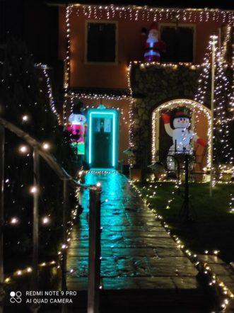 L'addobbo natalizio e luminoso di Massimo Brucciani con la figlia Alyssa, a Mologno