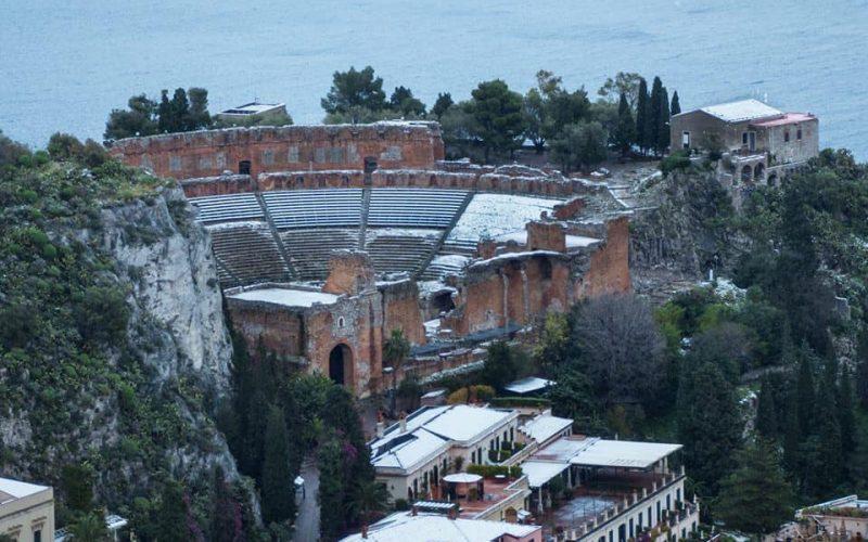 La neve anche al Teatro Greco di Taormina e sulle Isole Eolie. FOTO