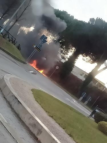 San Cesareo, auto in fiamme in Via Colle del Noce: illesa la conducente