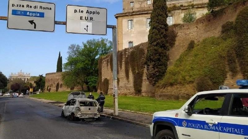 Roma, macchina prende fuoco: conducente salvata dalla Polizia Locale