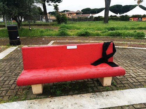 Cava dei Selci (Marino), listata a lutto per Annamaria Ascolese la panchina rossa di Piazzale dello Sport