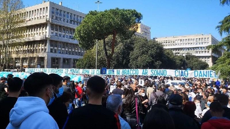 Roma, in migliaia a Don Bosco per i funerali di Daniel Guerini. Striscione per il 19enne (FOTO)