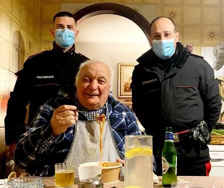 Monte Porzio, anziano solo e invalido chiede aiuto ai carabinieri per mangiare: gli portano la cena a casa