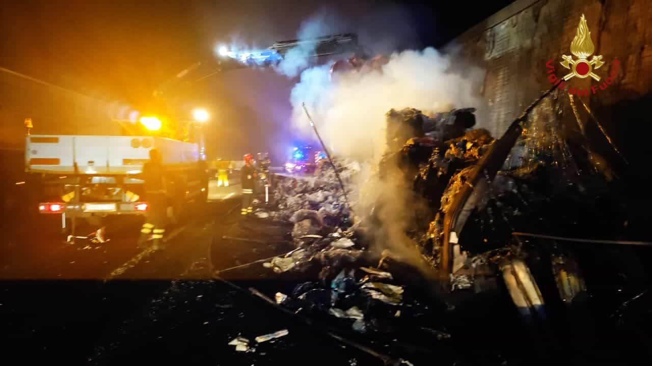 Inferno di fuoco in autostrada A1, chiusa la corsia in direzione nord ieri sera