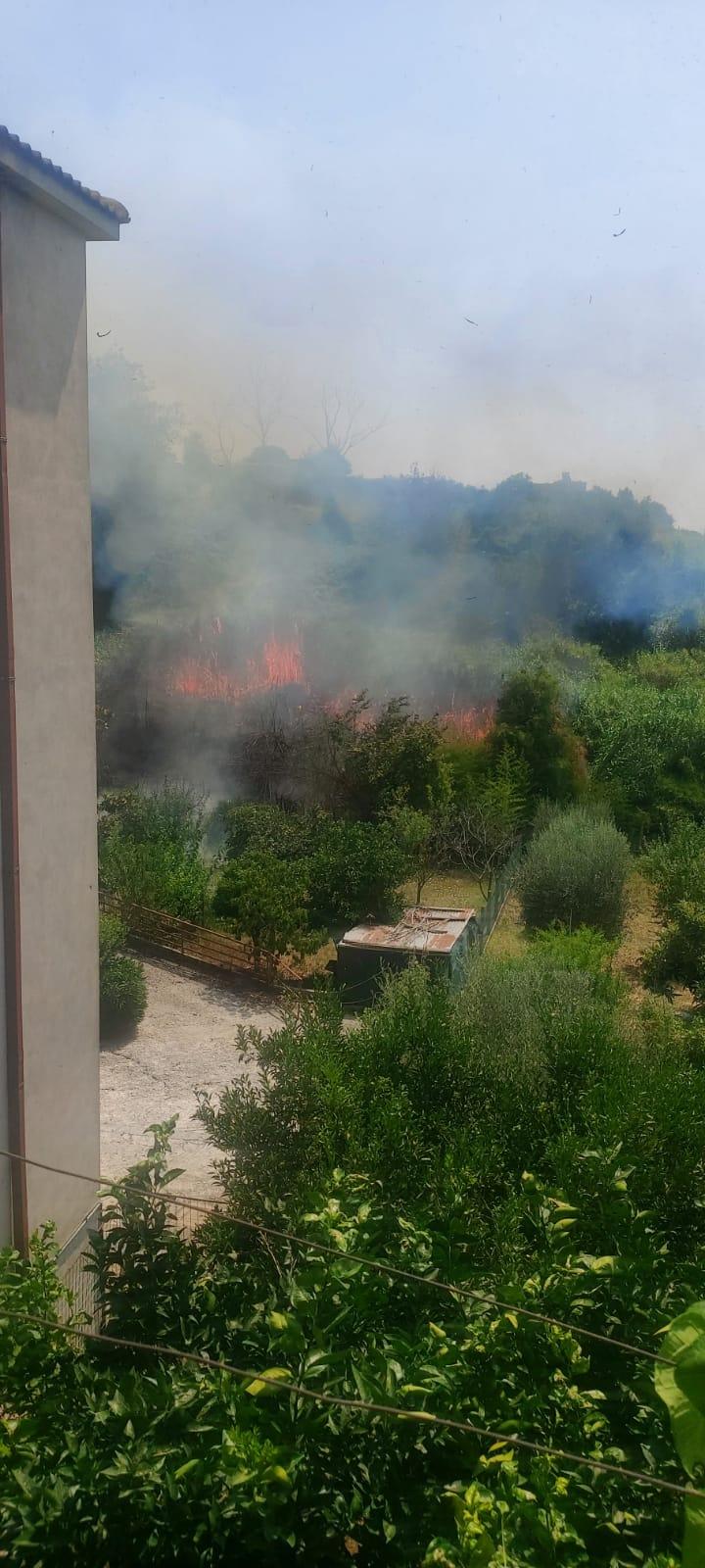 Albano, un vasto incendio è scoppiato nei pressi della discarica di Roncigliano
