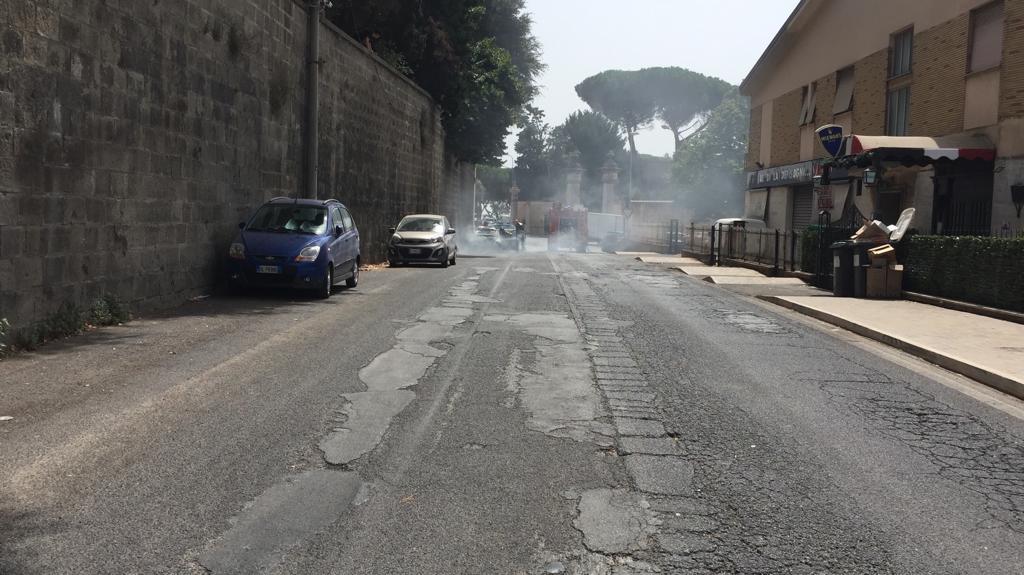 Albano, attimi di paura in pieno centro per un'auto che ha preso fuoco