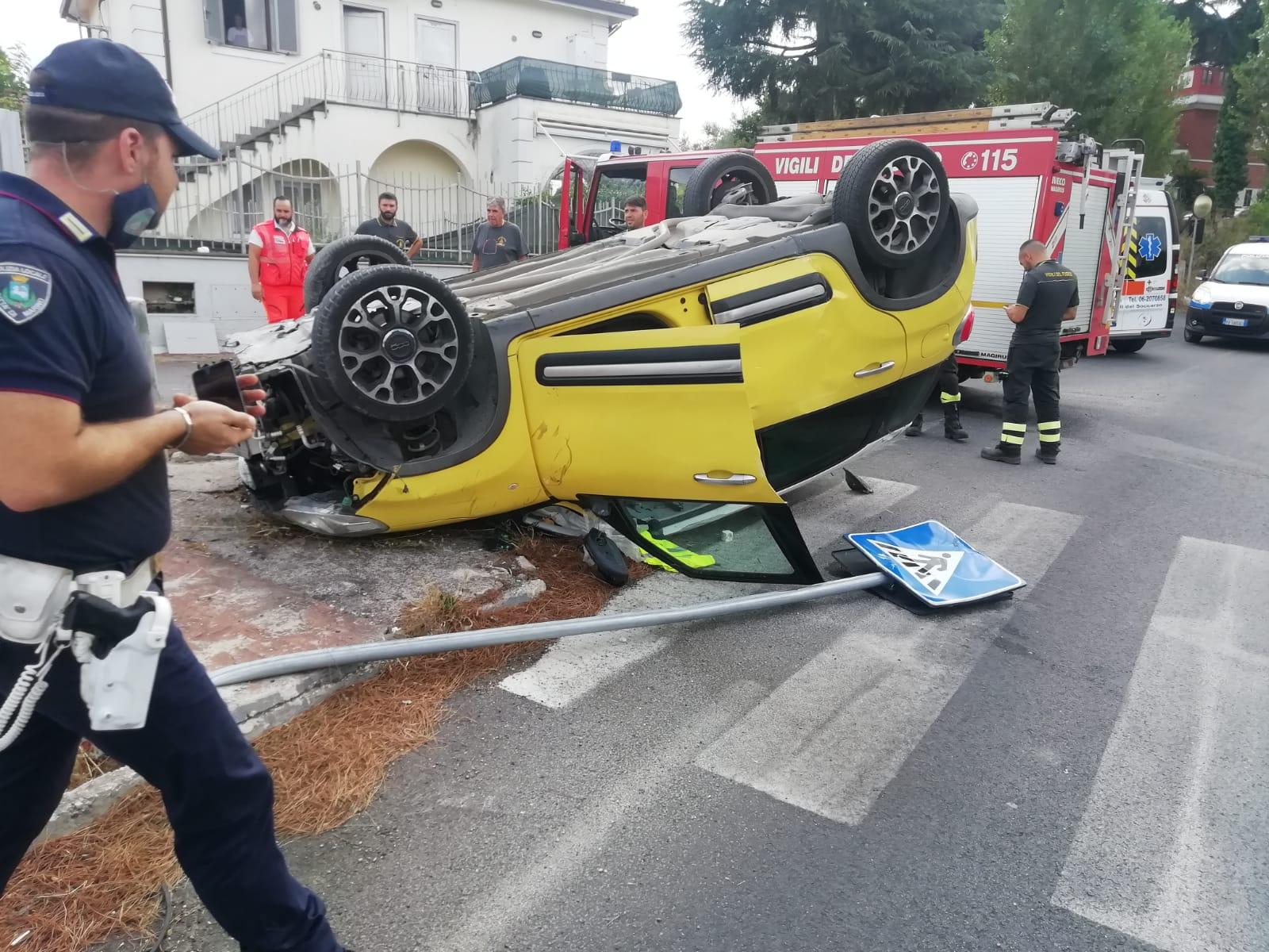 Frattocchie, donna di mezza età perde il controllo dell'auto e finisce contro il muro di una villetta. Non è in pericolo di vita