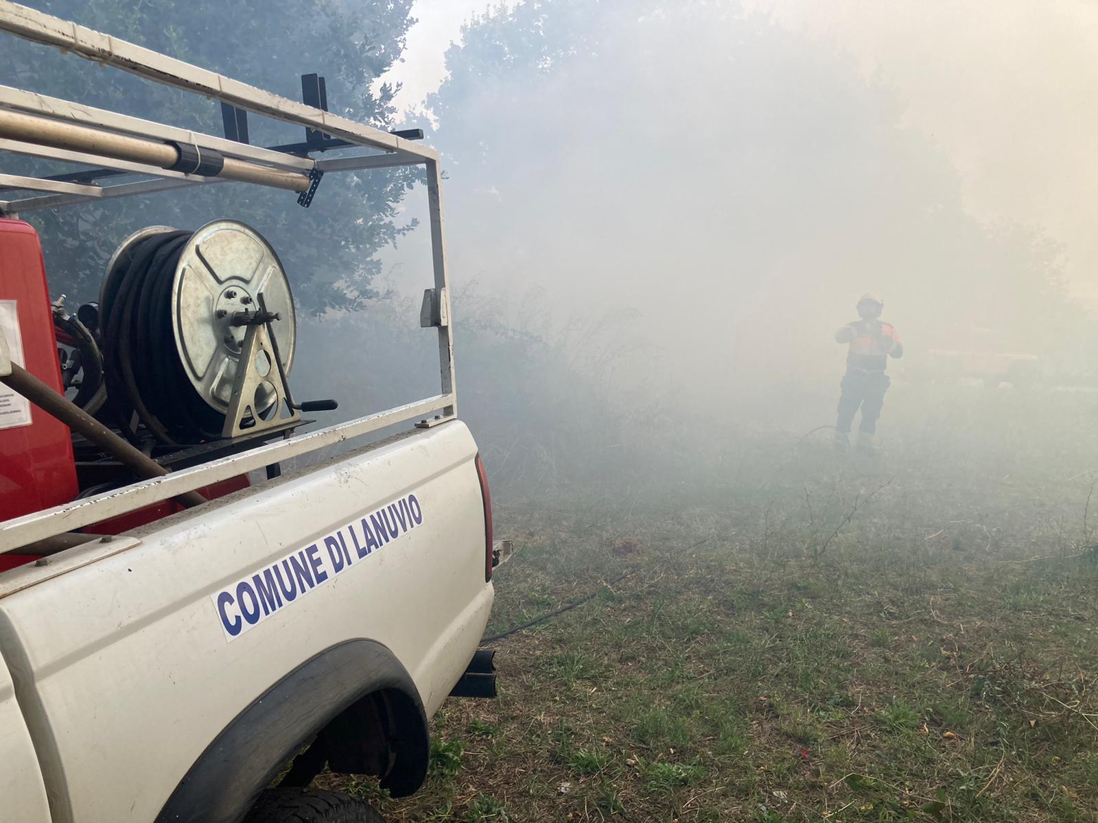 Lanuvio, continua l'emergenza incendio nei pressi della stazione (video)