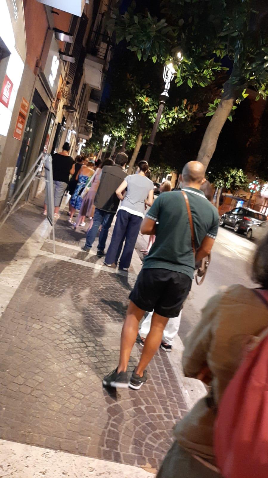 Albano, in fila per la raccolta firme contro l'obbligo del green pass nelle scuole