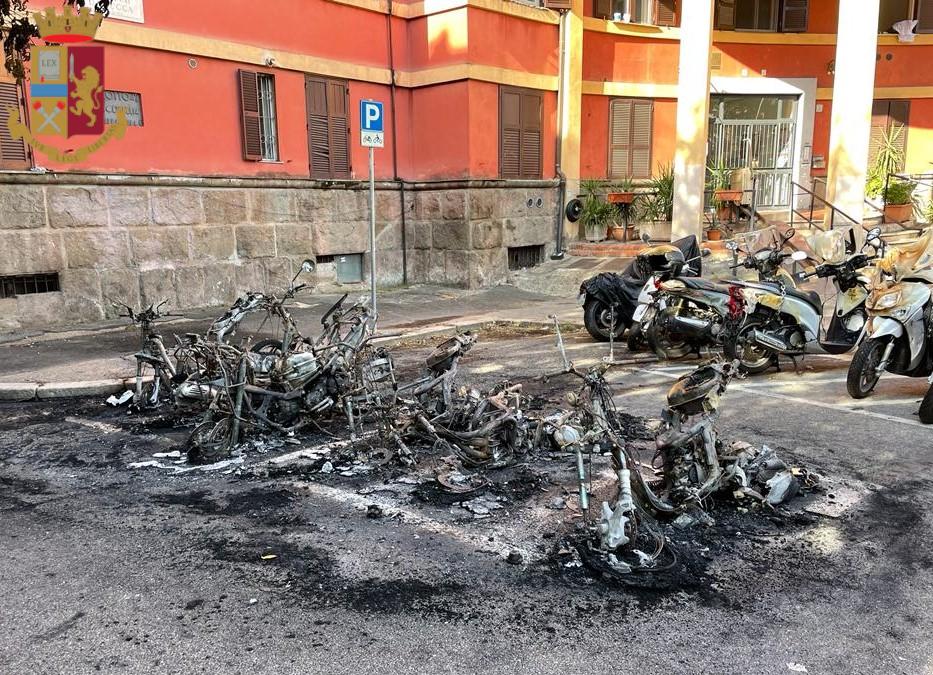 Roma, 3 piromani hanno dato alle fiamme auto, scooter e cassonetti nei quartieri San Giovanni e Garbatella