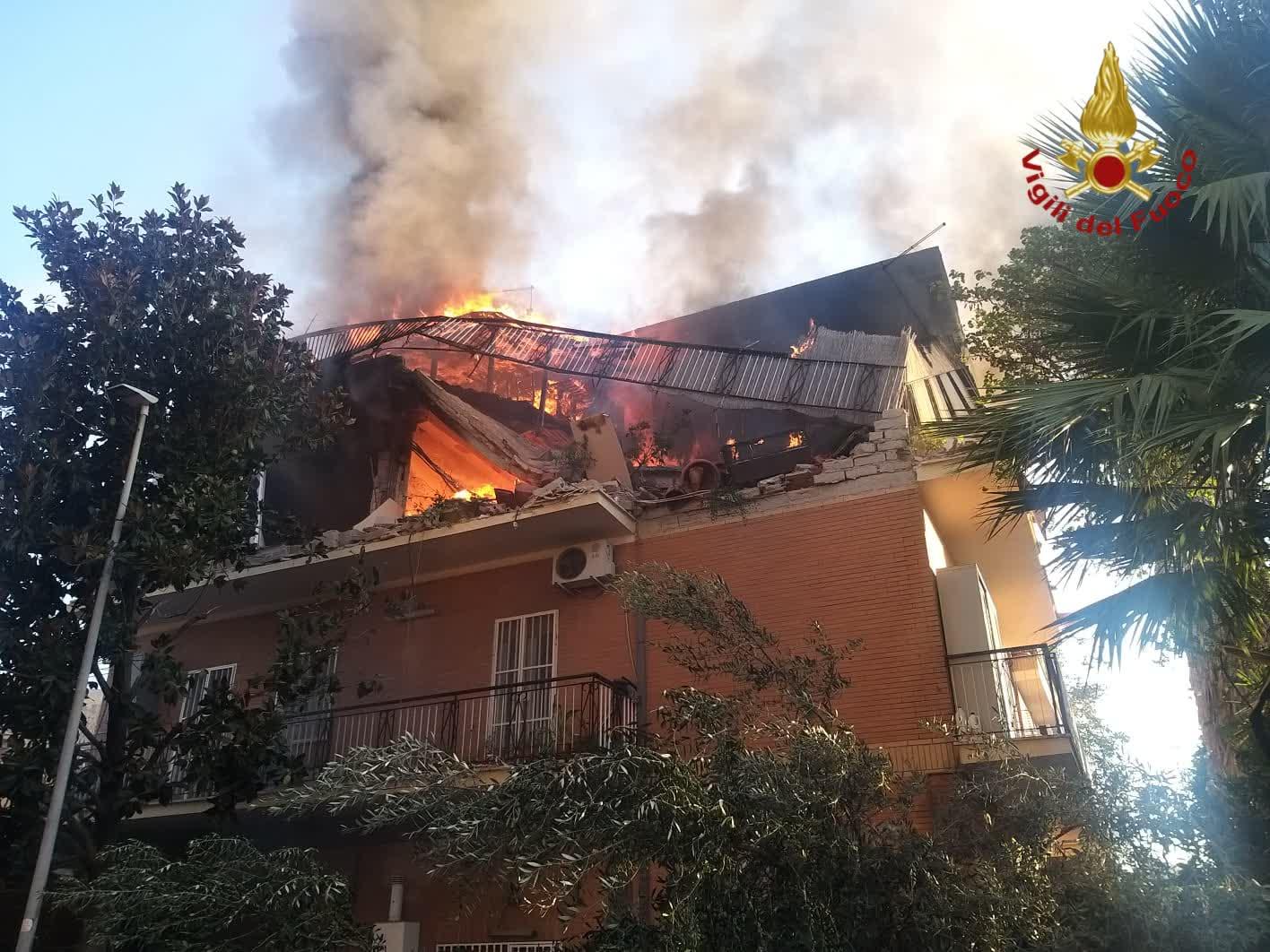 Roma, palazzina crolla a seguito di un'esplosione in zona Torre Angela[FOTO]
