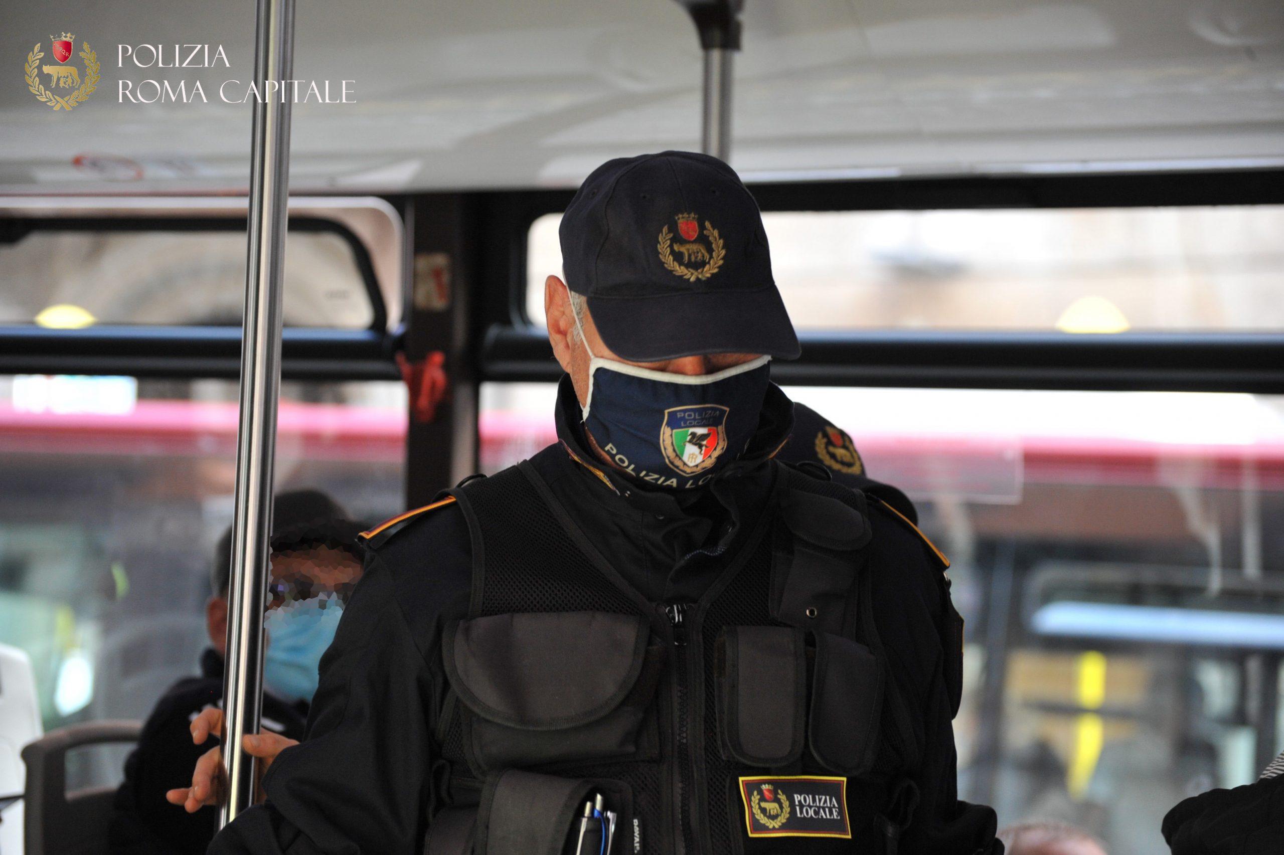 Roma, si rifiuta di indossare la mascherina sul bus, multato dalla Polizia Locale