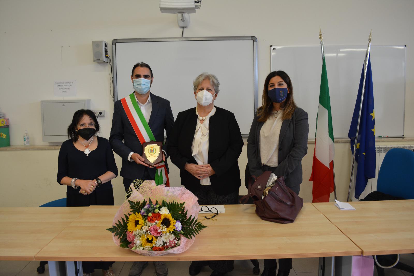 Pomezia – IC Pestalozzi, saluto dell'Amministrazione comunale alla preside che va in pensione