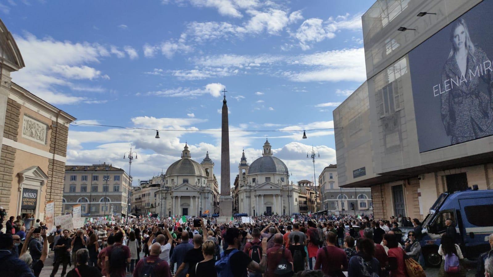 Roma, manifestazione dei No Green Pass a Piazza del Popolo, scontri tra manifestanti e forze dell'ordine