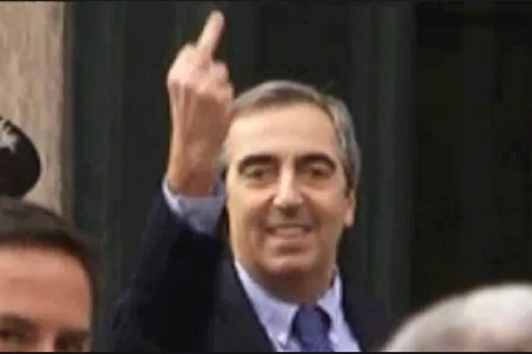 Maurizio Gasparri insulta la gente con i messaggi su Twitter