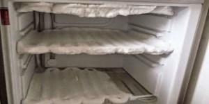 Πως θα καθαρίσετε τον πάγο από την κατάψυξη του ψυγείου σας σε χρόνο μηδέν!