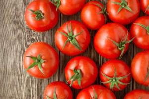 Δείτε το απίστευτο κόλπο για να μην χαλάνε οι ντομάτες σας [video]