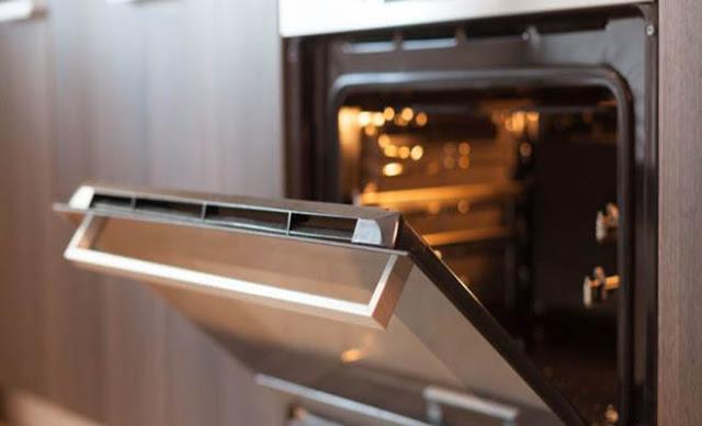 Read more about the article Καμένα λίπη τέλος – Το πανεύκολο κόλπο για να καθαρίσεις την πόρτα του φούρνου χωρίς τρίψιμο